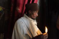 Priester mit Kerze